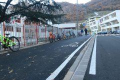 Le biciclette parcheggiate lungo la ciclabile intralaciano pedoni e ciclisti