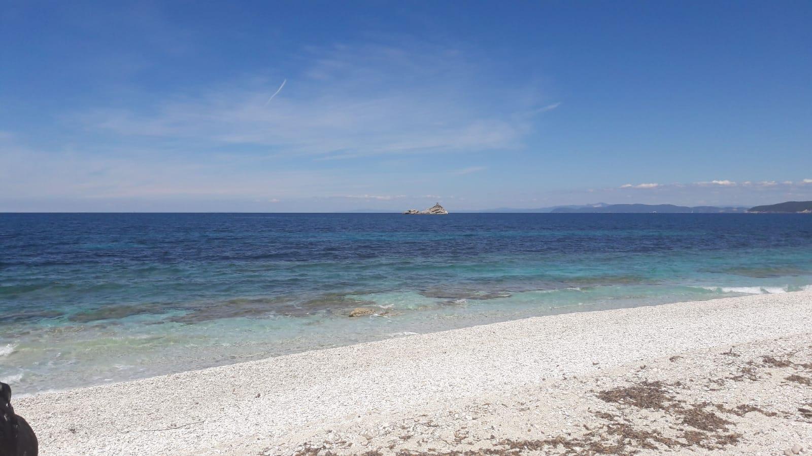 Lo Scoglietto e, sullo sfondo, la costa toscana dalla spiaggia delle Ghiaie