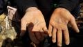 Mani di autentici cercatori di minerali